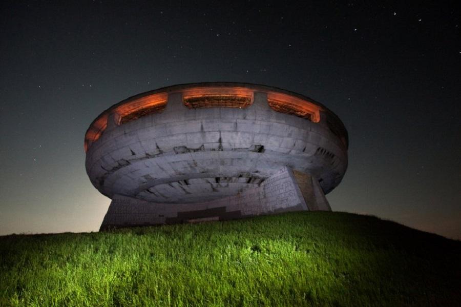 Ночью комплекс похож на НЛО.